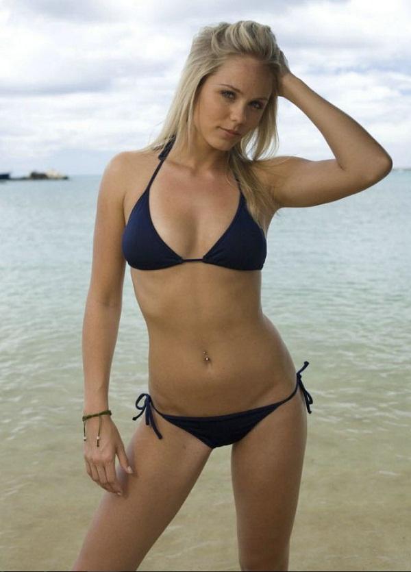 женщины на пляже в купальниках (10)