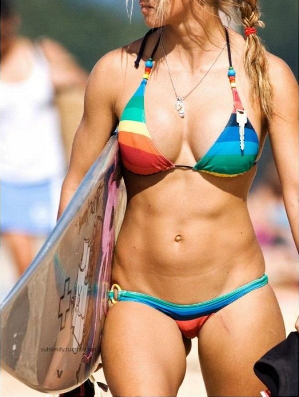 женщины на пляже в купальниках (11)