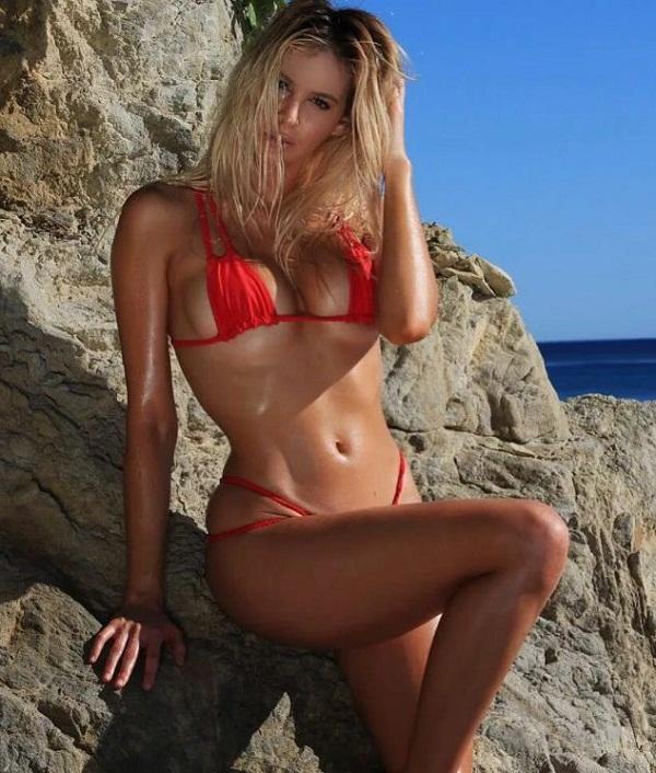 женщины на пляже в купальниках (13)