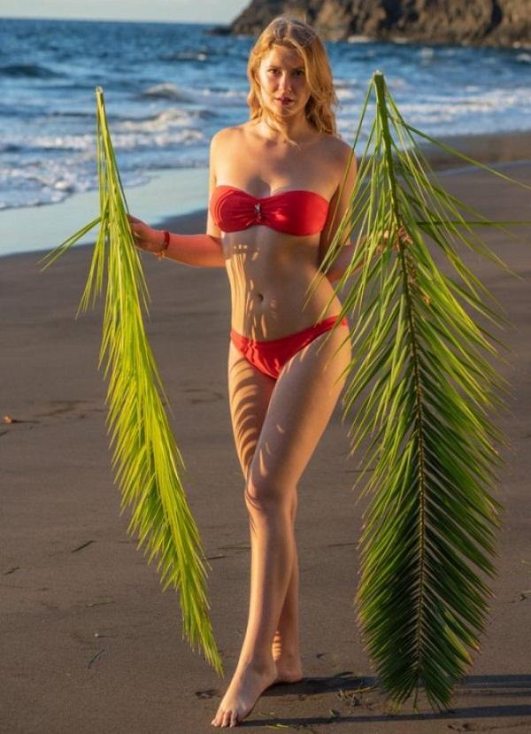 женщины на пляже в купальниках (14)