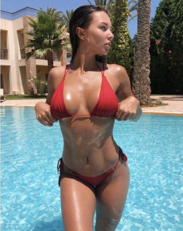 женщины на пляже в купальниках (16)