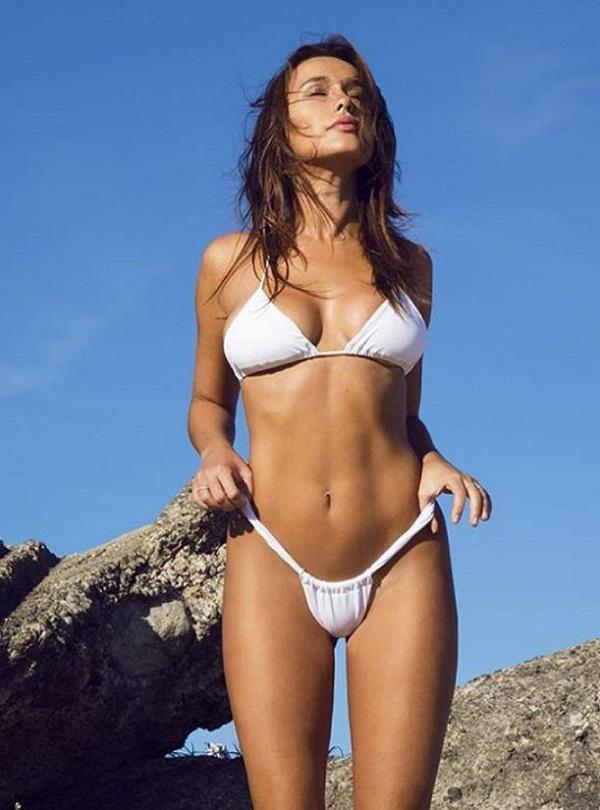 женщины на пляже в купальниках (24)