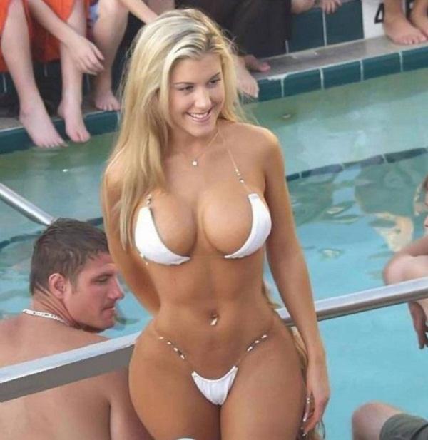 женщины на пляже в купальниках (4)
