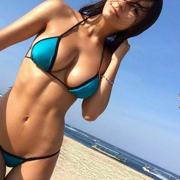 женщины на пляже в купальниках (7)