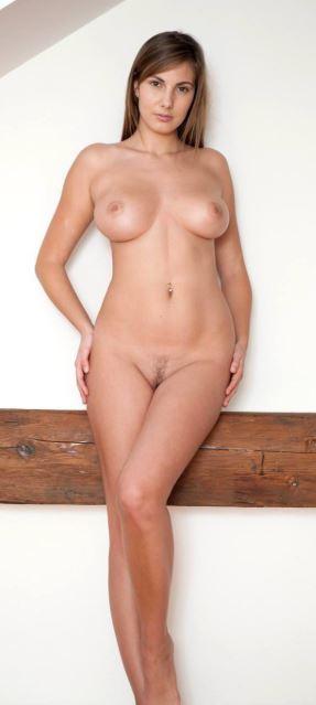 Девушки показывают красивое тело дома без стеснения и одежды (8)