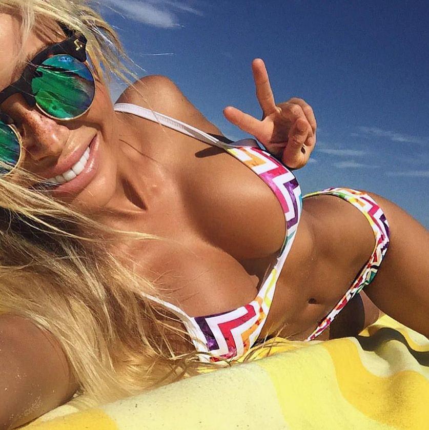 девушки на пляже фото (2)