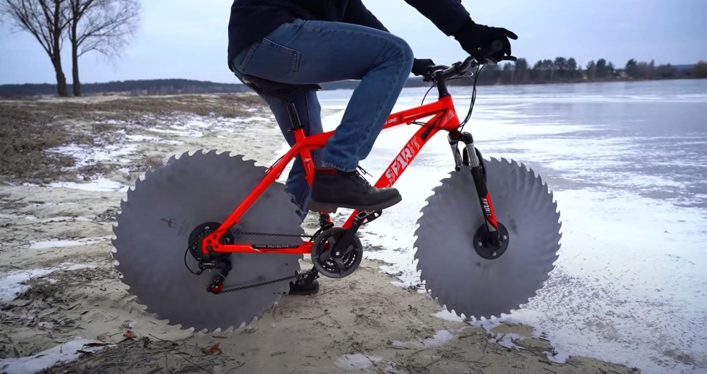 Велосипедист меняет шины на пилы и катается по замерзшему озеру