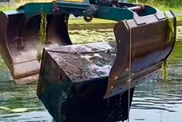 Кладоискатель нашел на дне канала 46 сейфов с деньгами