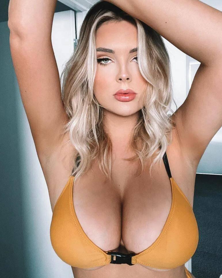 девушка показывает грудь